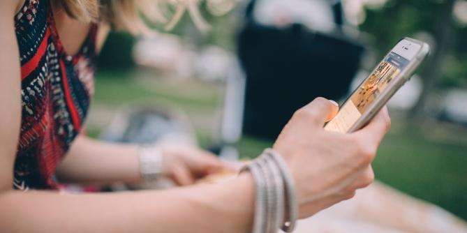 Bilde av ung jente med mobil